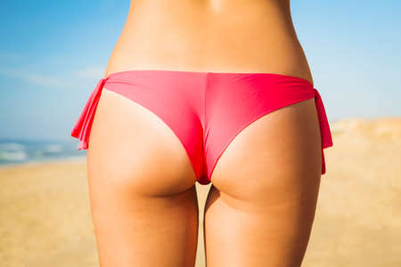 Photo pour Butt view of a sexy woman in bikini - image libre de droit