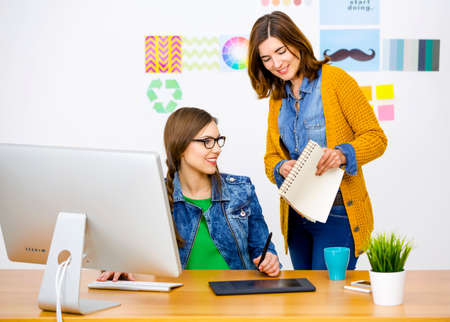 Foto de Women working at desk In a creative office, team work - Imagen libre de derechos