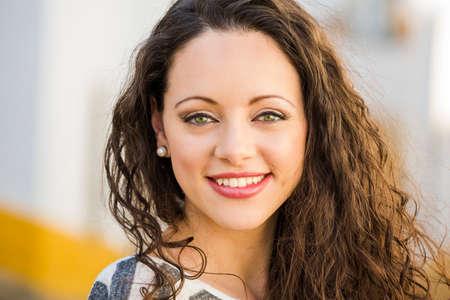 Photo pour Outdoor portrait of a beautiful and fresh young woman - image libre de droit