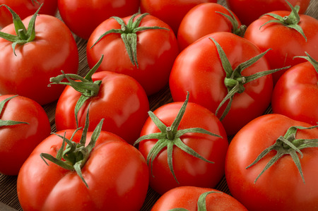 Photo pour red tomatoes background. Group of tomatoes - image libre de droit