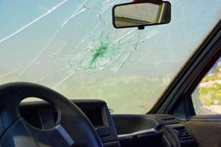 Foto de Damaged car window after a crash - Imagen libre de derechos