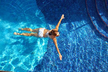 Photo pour Beautiful woman in the pool. - image libre de droit