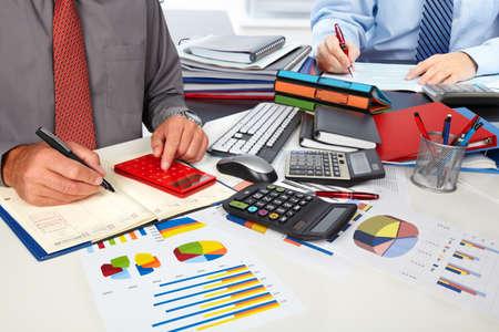 Photo pour Hands of accountant man - image libre de droit