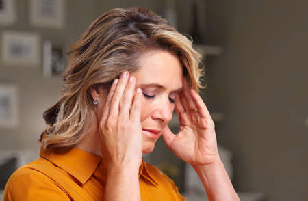Photo pour Woman having headache migraine. - image libre de droit