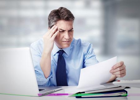 Foto de Man having migraine headache. - Imagen libre de derechos