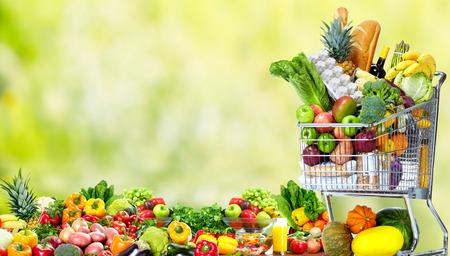 Photo pour Shopping cart with vegetables and fruits. - image libre de droit