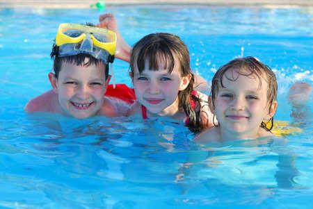 Photo pour happy swimmers - image libre de droit