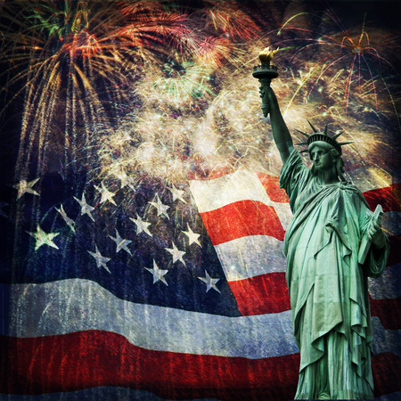 Photo pour Composite photo of the statue of Liberty with a flag and fireworks in the background  Given a grunge overlay for a nice aged effect   Nice patriotic image for Independence Day, Memorial Day, Veterans Day and Presidents Day  - image libre de droit