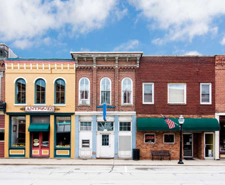 Photo pour A photo of a typical small town main street in the United States of America  Features old brick buildings with specialty shops and restaurants  Decorated with  American flags  - image libre de droit