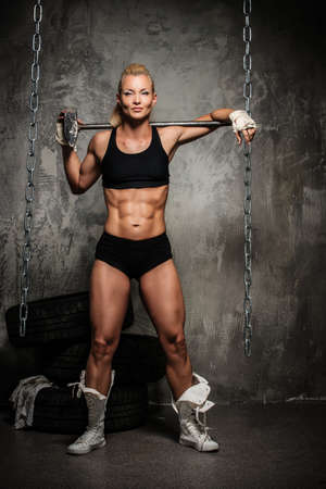 Photo pour Beautiful muscular bodybuilder woman with a big hammer  - image libre de droit