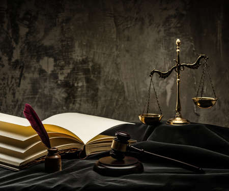Photo pour Scales and wooden hammer on judge's mantle  - image libre de droit