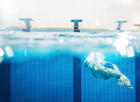 Photo pour Swimmer under water in swimming pool - image libre de droit