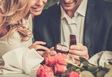 Foto de Man holding box with ring making propose to his girlfriend - Imagen libre de derechos