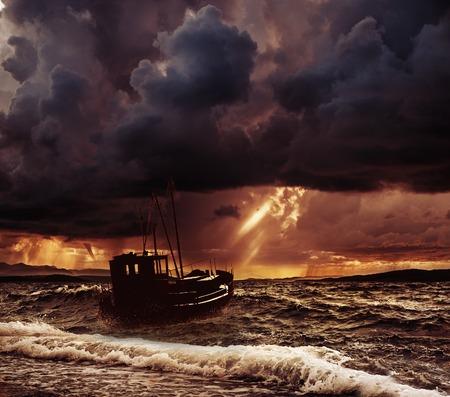 Foto de Fishing boat in a stormy sea  - Imagen libre de derechos