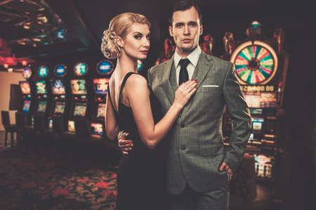 Foto de Well-dressed couple against slot machines - Imagen libre de derechos