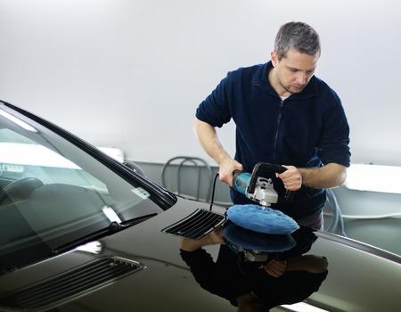 Foto de Man on a car wash polishing car with a polish machine - Imagen libre de derechos