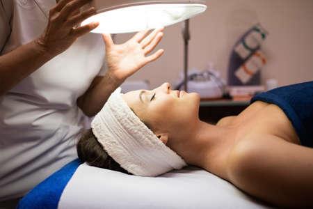 Photo pour Young woman having facial treatment - image libre de droit