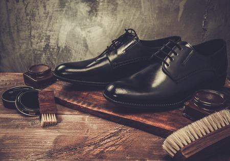 Photo pour Shoe care accessories on a wooden table - image libre de droit