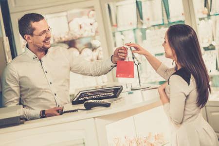 Foto de Happy woman customer in a jewellery shop - Imagen libre de derechos