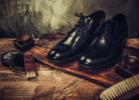 Photo pour Shoe care accessories on a wooden table - image libre de droit