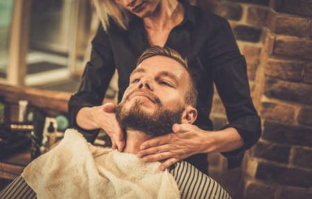 Foto de Hipster client visiting  barber shop - Imagen libre de derechos