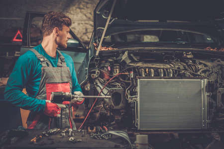 Photo pour Mechanic in a workshop - image libre de droit