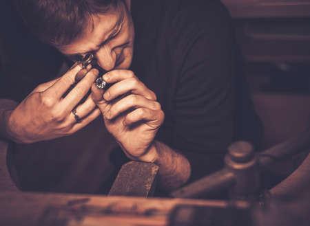 Photo pour Portrait of a jeweler during the evaluation of jewels. - image libre de droit
