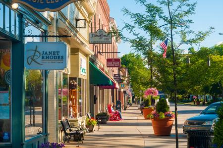 Photo pour HUDSON, OH - JUNE 14, 2014: Quaint shops and businesses that go back more than a century give Hudson - image libre de droit
