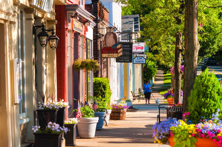 Photo pour HUDSON, OH - JUNE 14, 2014: Quaint shops and businesses dating back more than a century line Hudson - image libre de droit