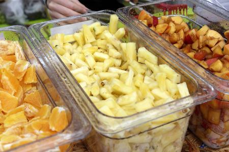 Foto de Sliced fruit in the boxes at a buffet - Imagen libre de derechos