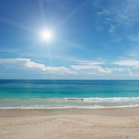 Foto de Sandy beach and sun in blue sky - Imagen libre de derechos