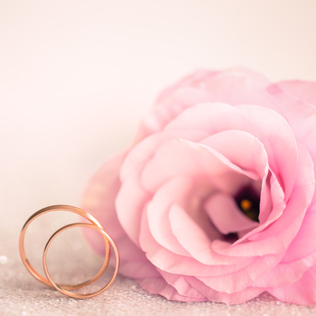Photo pour Delicate Wedding background with Rings and Pink Eustoma Flower - image libre de droit
