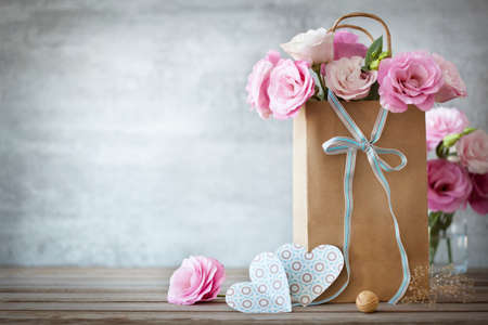 Foto de Valentines Day background with pink roses, bow and paper Hearts - Imagen libre de derechos