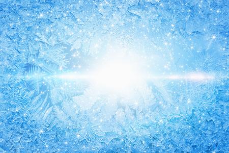 Foto de Blue winter background - frozen icy window glass, cold sunny weather, bright sun shines through frozen window - Imagen libre de derechos