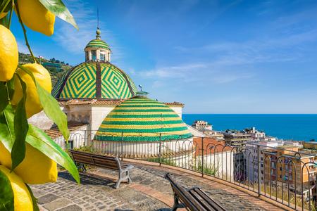 Foto de Collegiate Church of Santa Maria A Mare in Maiori on Amalfi coast in province of Salerno, Campania, Italy. Ripe yellow lemons in foreground. - Imagen libre de derechos