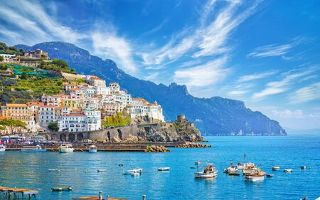 Foto per Beautiful Amalfi on hills leading down to coast, comfortable beaches and azure sea in Campania, Italy. Amalfi is most popular travel and holyday destination in Europe. - Immagine Royalty Free