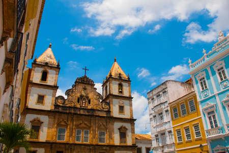Foto de Bright view of Pelourinho in Salvador, Brazil, dominated by the large colonial Cruzeiro de Sao Francisco Christian stone cross in the Pra a Anchieta, America - Imagen libre de derechos
