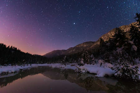 Photo pour Lake Riedenersee at night with stars in winter - image libre de droit