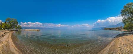 Foto de Panoramic view of the beach on the shore of Lake Ohrid in Sveti Naum, Republic of Macedonia - Imagen libre de derechos