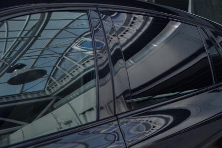Foto de tinted black car Windows that reflect the glass ceiling - Imagen libre de derechos