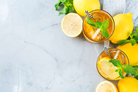 Foto de Food and drink, holidays party concept. Lemon mint iced tea cocktail refreshing drink beverage in a glass on a table for summer days. Top view flat lay copy space - Imagen libre de derechos