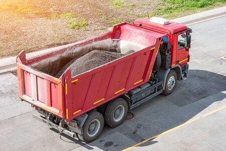 Photo pour Truck with a body, asphalt during pavement repair - image libre de droit