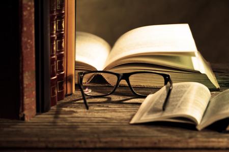 Foto de reading glasses with bokks on the table - Imagen libre de derechos