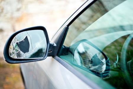 Photo pour Detail Of Broken Back Mirror Of Car - image libre de droit