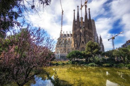 Foto de Sagrada familia cathedral view with the small pond and park nearby. Taken in Barcelona, Spain - Imagen libre de derechos