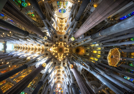Foto de tall columns line up the interior of sagrada familia with colorful lights from stained glasses. Taken in Barcelona, Spain - Imagen libre de derechos