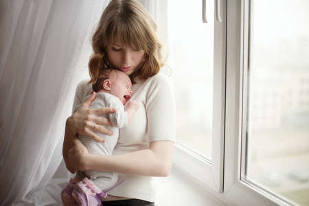 Foto de mother with cute little crying baby - Imagen libre de derechos