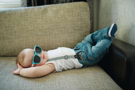 Foto de cute little boy in sunglasses at home - Imagen libre de derechos