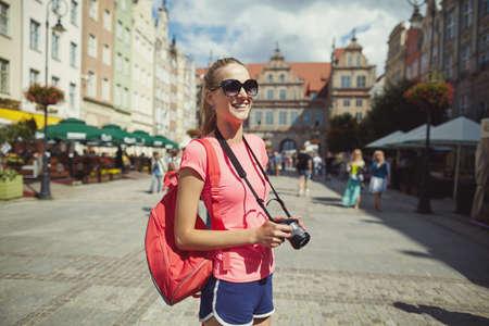 Photo pour Beautiful girl tourist in the city portrait - image libre de droit