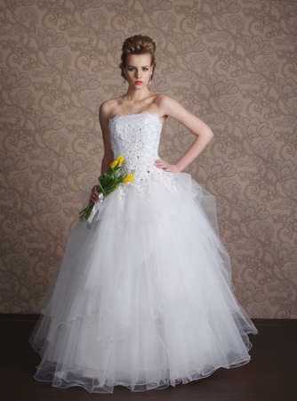 Photo pour photo of young beautiful bride in wedding dress - image libre de droit